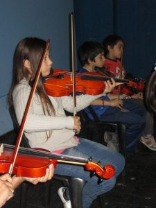 niños-tocan-violines
