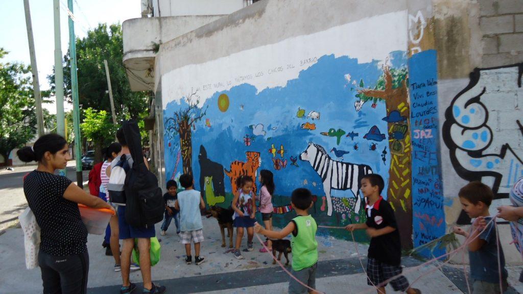 Niños-pintan-mural