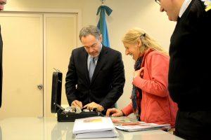 Rita Canullo recibe una máquina de escribir del Gobierno provincial