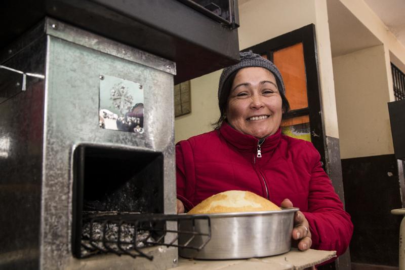 Andres Mansilla / 25 de junio de 2016 / Solar Inti y el colegio secundario 5164 organizaron una jornada con 16 familias para enseñar a cocinar con un artefacto a leña muy economico, avenida Solis Pizarro, Atocha 2