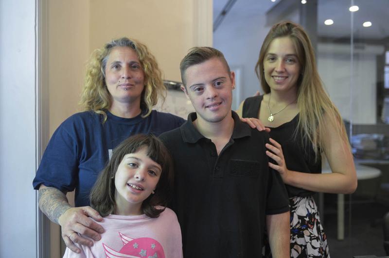 Alan, con mamá Florencia, Guadalupe, la hermana menor y la abogada Mariela.
