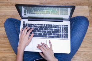 Computadora portátil. Manos en teclado. Tecnología. Laptop.