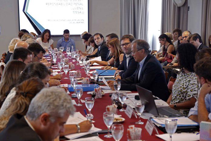 Mesa con referentes de Niñez en conflicto con la ley
