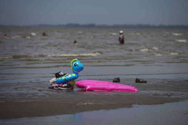 Juguetes de playa en la orilla del mar