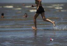 Persona entra al mar corriendo