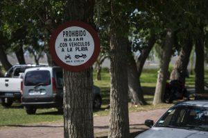 Cartel que prohibe el ingreso de vehículos a la playa