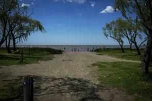 Vista amplia de la entrada a la playa
