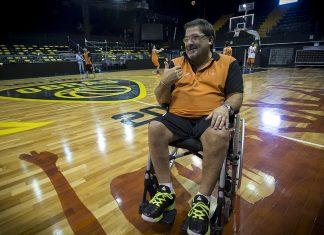 Daniel Jaule es un entrenador de básquet que quedó en silla de ruedas luego de tener un accidente automovilístico. Comenzó su carrera como director técnico muy joven y se abrió paso en el deporte a pesar de su discapacidad.